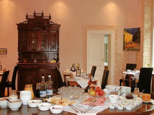 Ein Restaurant oder anderes Speiselokal in der Unterkunft Domäne Neu Gaarz Hostel