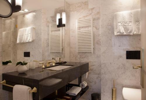 A bathroom at Altis Avenida Hotel