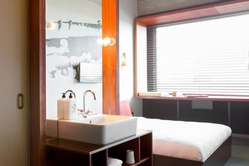 A bathroom at Volkshotel