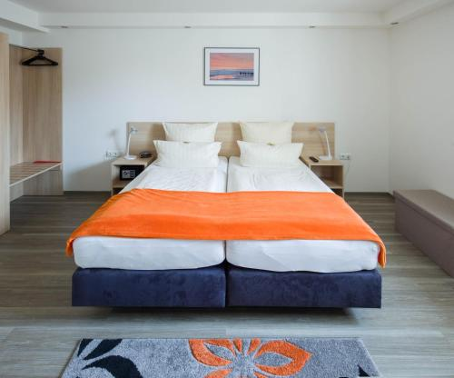 A bed or beds in a room at Hotel Moerser Hof