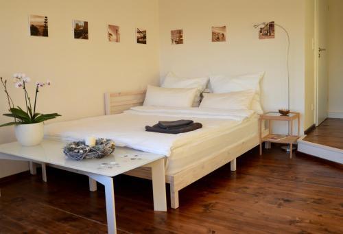 A bed or beds in a room at B&B Fernblick im Nürnberger Land