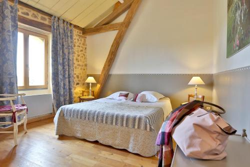 A bed or beds in a room at Chambres d'Hôtes Léone Haute