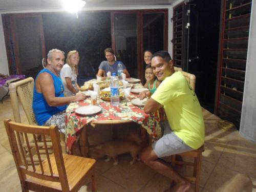 Um restaurante ou outro lugar para comer em Pension Vaimano-Raivavae