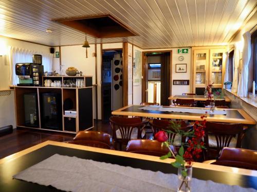 Ein Restaurant oder anderes Speiselokal in der Unterkunft Hotelboat Sarah