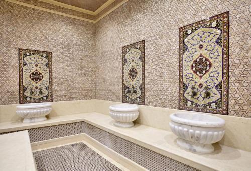 A bathroom at Shah Palace Hotel