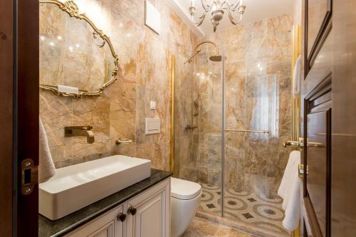 A bathroom at Villa Nepos Hotel