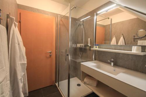 A bathroom at Hotel Garni Thermenoase