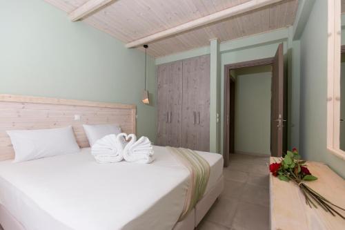 Een bed of bedden in een kamer bij Anthemis Hotel Apartments