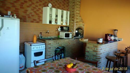 A kitchen or kitchenette at katia e chaves