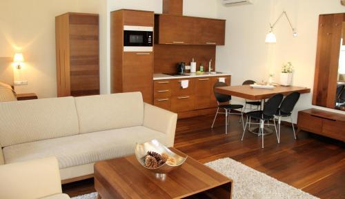 A seating area at Jūros Apartamentai