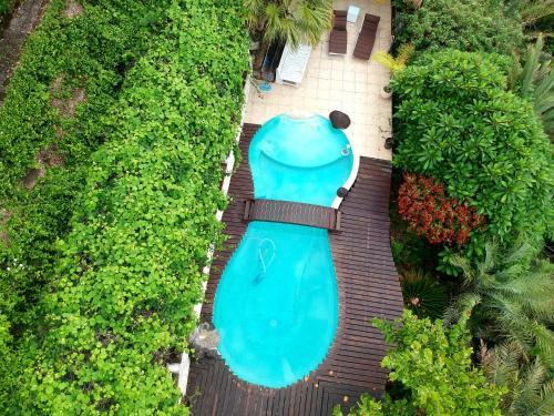Uma vista da piscina em Chalet De Tahiti ou nos arredores