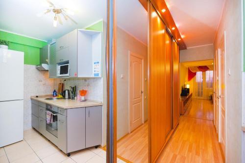 Кухня или мини-кухня в NSK-Kvartirka, Gorskiy Apartment 82