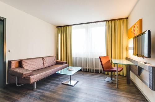 A seating area at Novina Hotel Wöhrdersee Nürnberg City