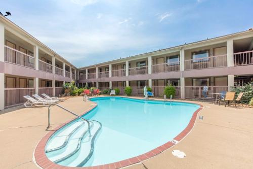The swimming pool at or close to Motel 6-Little Rock, AR - Airport