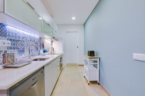 A kitchen or kitchenette at Downtown Lux Apartment