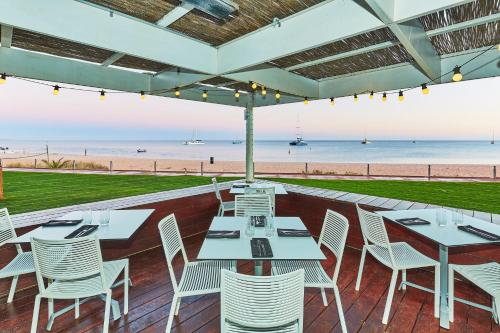 A restaurant or other place to eat at RAC Monkey Mia Dolphin Resort