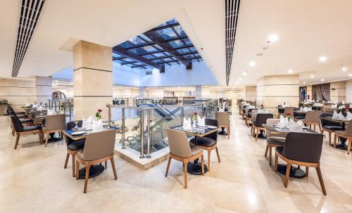 Um restaurante ou outro lugar para comer em Rua Al Madinah Hotel