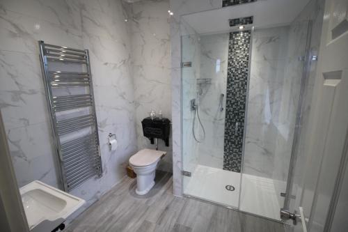 A bathroom at Dower House Hotel