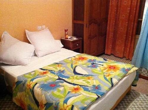 A bed or beds in a room at Hotel Samir