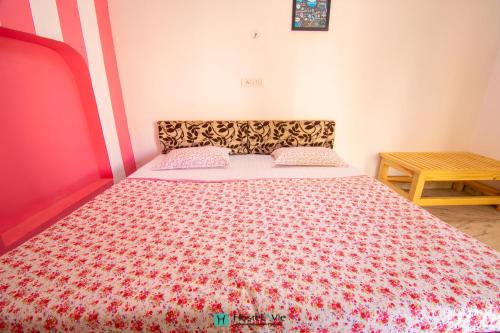 A bed or beds in a room at Hostelavie - Pushkar