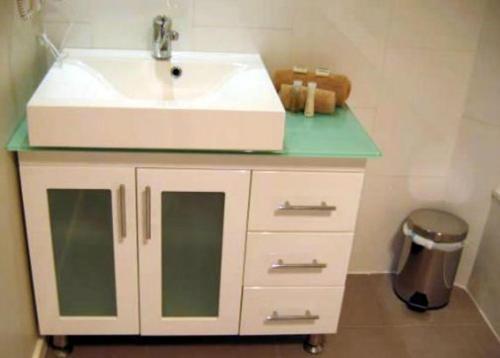 A bathroom at Portarlington Beach Motel