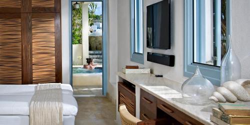 A kitchen or kitchenette at Belvedere Mykonos - Waterfront Villa & Suites