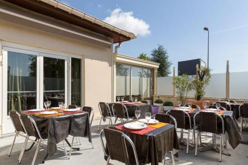 A restaurant or other place to eat at Hôtel Arcole, Nancy Sud