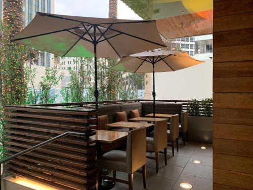 Ein Restaurant oder anderes Speiselokal in der Unterkunft SIRTAJ – Beverly Hills
