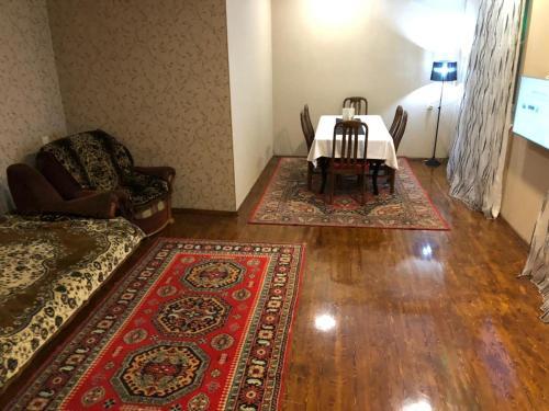 Uma área de estar em Old City Central Apartment