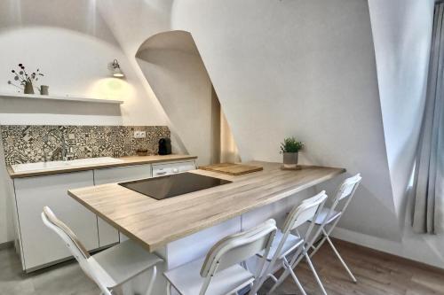 A kitchen or kitchenette at Les appartements d'Edmond Saint Suffren