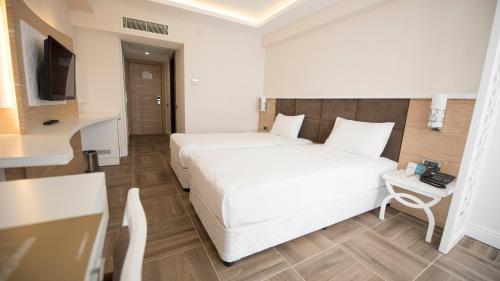 Кровать или кровати в номере Selcukhan Hotel