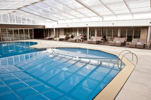 Der Swimmingpool an oder in der Nähe von WestCord Strandhotel Seeduyn
