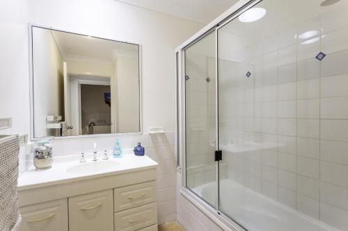 A bathroom at 14 Zircon Street - Centrally located family home with covered deck, close to patrolled beach & shops