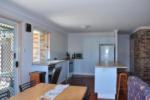 A kitchen or kitchenette at 23 Carlo Road - Lowset family home within walking distance to the shopping centre. Pet friendly