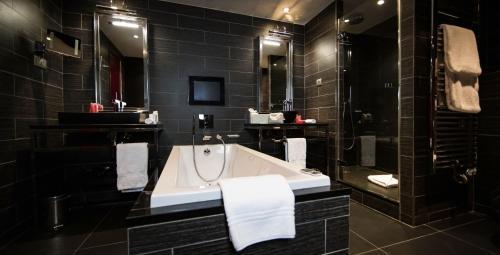 A bathroom at Hotel Avenue Lodge