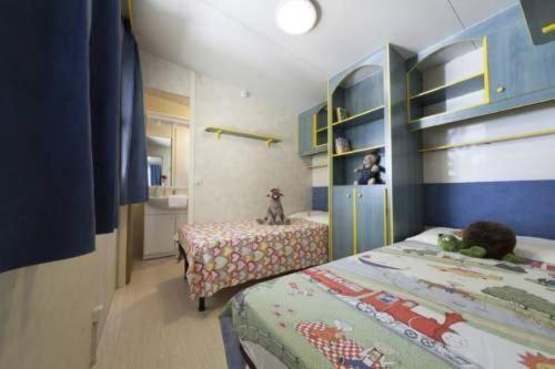 Een bed of bedden in een kamer bij International Camping