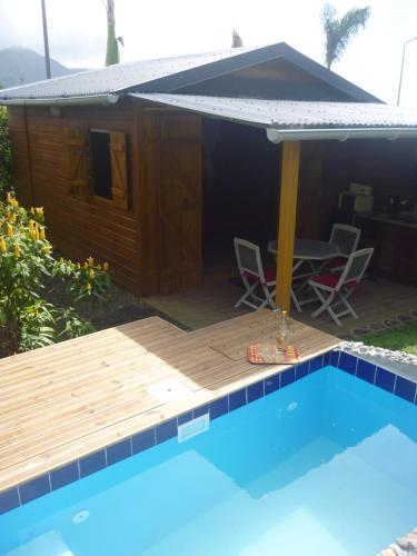 The swimming pool at or near Chalet en bois