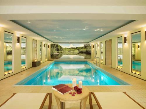 Der Swimmingpool an oder in der Nähe von Landhaushotel Hof Wasserkuppe