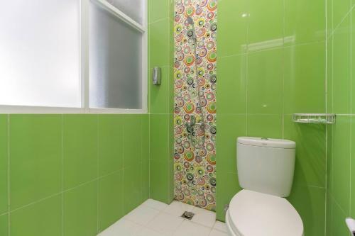 A bathroom at RedDoorz Plus near Stasiun Bekasi