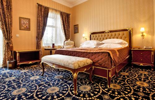 A bed or beds in a room at Shah Palace Hotel