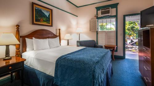 A bed or beds in a room at Best Western Pioneer Inn
