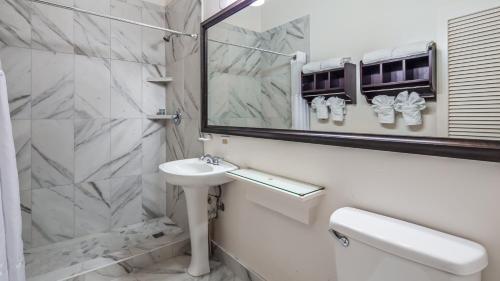 A bathroom at Best Western Pioneer Inn