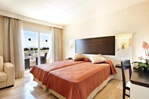 Een bed of bedden in een kamer bij Grupotel Port D´Alcudia