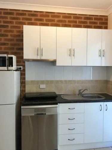 A kitchen or kitchenette at Motel Views Yackandandah