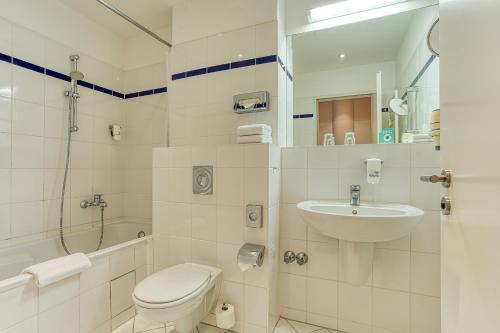 A bathroom at Centro Hotel Berlin City West