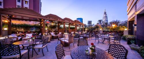 Um restaurante ou outro lugar para comer em Braira Hotel-Olaya