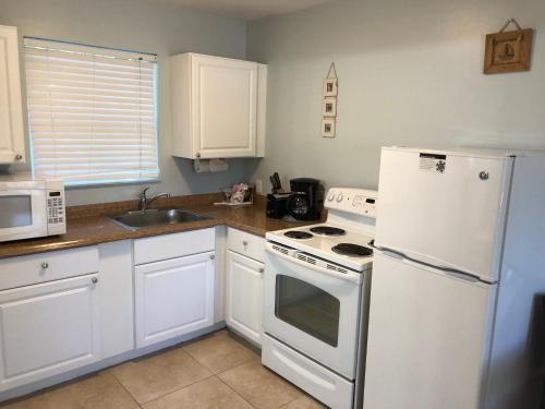 A kitchen or kitchenette at Marco Island Lakeside Inn