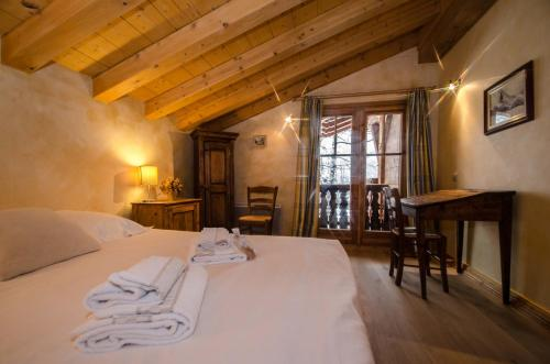 A bed or beds in a room at Chalet Persévérance