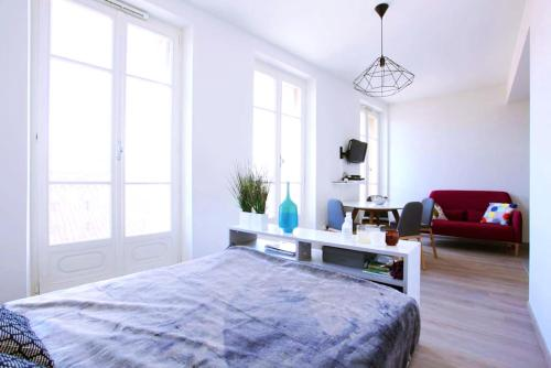 A bed or beds in a room at Grand studio au pied du panier