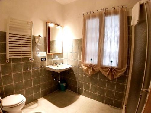 A bathroom at Hotel Enza